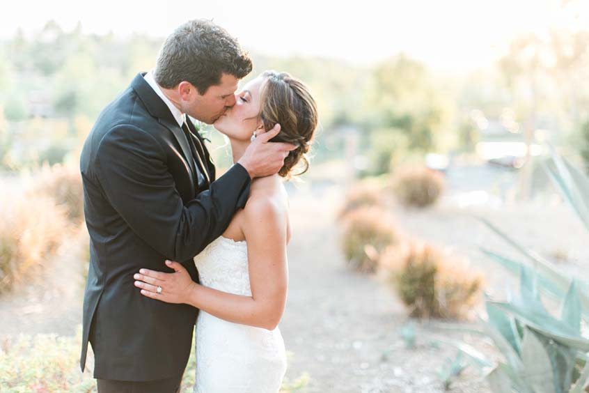 san-diego-country-club-wedding-couple-kissing
