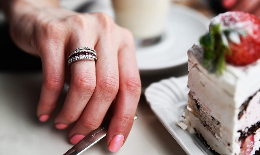 Hide the proposal ring in the breakfast plate - 123WeddingCards